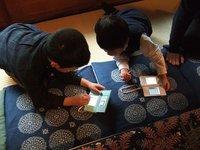 Los niños se conectan y juegan juntos con sus videoconsolas