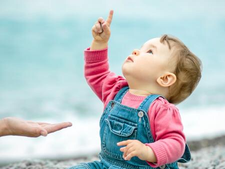 El bebé señala con el dedo: su primer gesto comunicativo