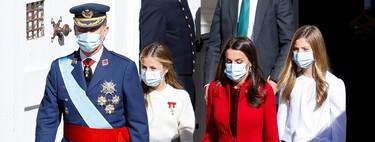 Doña Letizia apuesta por el rojo en el Día de la Hispanidad, su color más favorecedor. La princesa Leonor y la infanta Sofía también van ideales