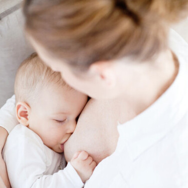Los pechos no se caen por amamantar al bebé, sino por los embarazos y el paso del tiempo