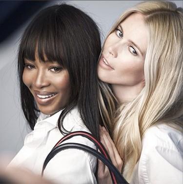 Cuando Claudia Schiffer y Naomi Campbell se unen, sale un bolso solidario