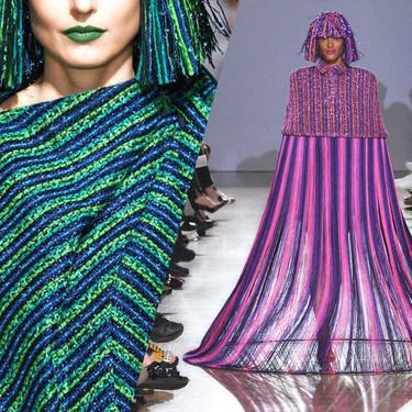Estas prendas son coloridas, metalizadas, y además están realizadas con cintas VHS recicladas