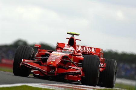 Raikkonen se impone a los McLaren en Silverstone