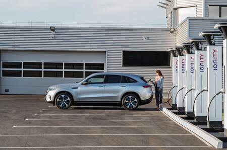 Desde Tesla hasta Iberdrola pasando por Repsol: estas son las redes de carga para coches eléctricos que hay en España