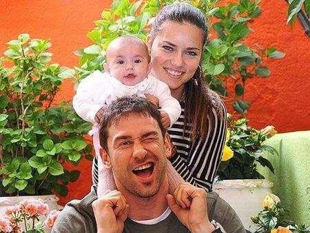 Adriana Lima y su divertida estampa familiar