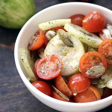 Ensalada fresca de pepino y jitomates cherry. Receta fácil