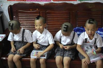 Los padres de unos cuatrillizos les cortan el pelo con números para diferenciarlos