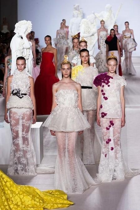 De nuevo el efecto mojado domina en el desfile de Alta costura de Giambattista Valli