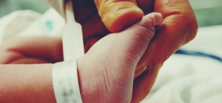 La preciosa historia de un hombre que adopta a decenas de bebés para que sus padres no los aborten o abandonen