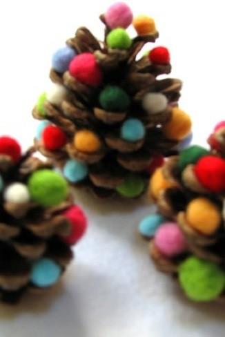 Mini árboles de Navidad hechos con piñas