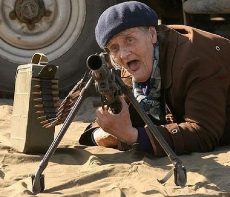 Anciana armada con un arma y peligrosa