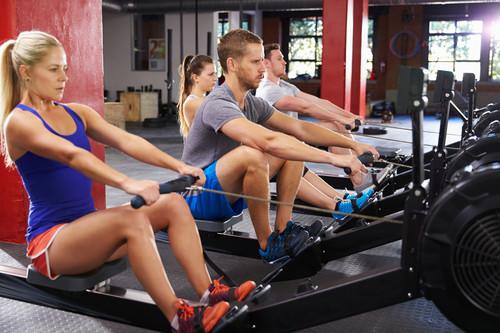 Todo lo que debes saber antes de subirte a la máquina de remo del gimnasio