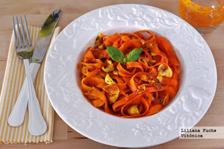Falsos tallarines de zanahoria en salsa de tomate y champiñones. Receta saludable