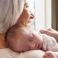 Dió a luz a su tercera hija a los 62 años y se convierte en una de las madres europeas de mayor edad