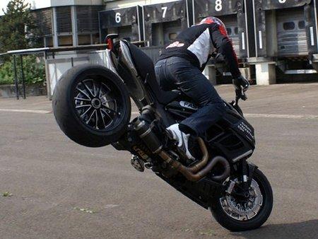 La Ducati Diavel también hace Stunt