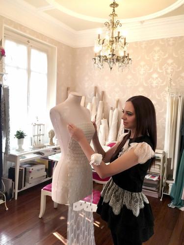 """""""Si me dejan soñar, Julianne Moore sería perfecta para lucir uno de mis diseños"""". Entrevista con Alicia Rueda"""