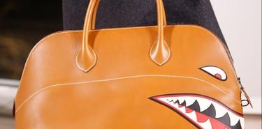 Hermès acepta el desafío de desdramatizar la moda masculina dándole un nuevo twist a su bolso Bolide