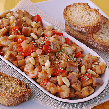 Berenjena con salsa de tomate y gambas: receta fácil de aperitivo