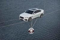 ¿Qué hace el Jaguar XF circulando sobre un cable de acero?