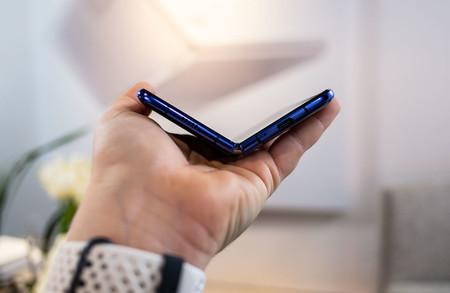 Samsung está preparando un nuevo móvil plegable de tipo concha, según Bloomberg