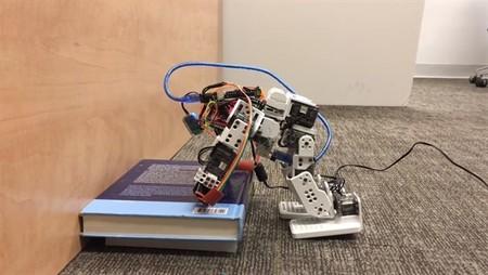 Este robot es el primero que evita caerse usando las manos