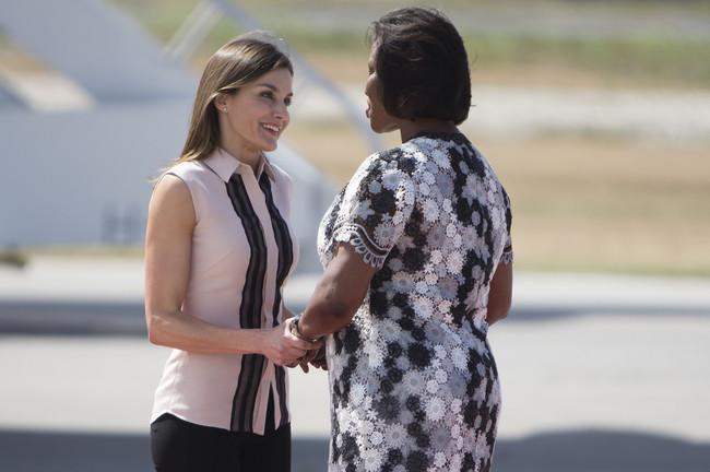 Doña Letizia ya se encuentra en Haití (y sus looks siguen siendo protagonistas)
