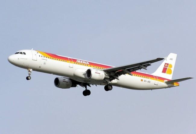 avión de iberia volando