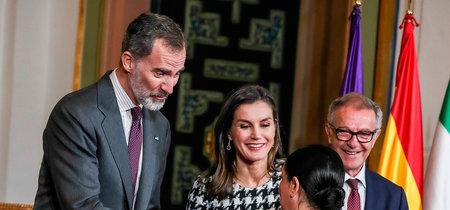 Doña Letizia escoge el perfecto 'look working girl' para comenzar la semana
