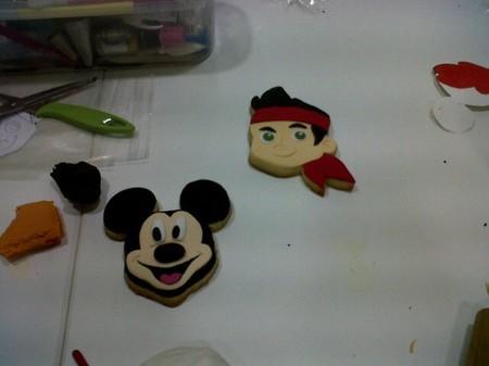 Hemos celebrado el 15 aniversario de Disney Channel aprendiendo a decorar galletas con plastichuche en Tartilandia