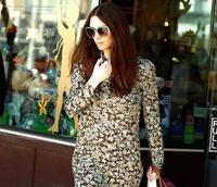 Paz Vega con un (muy) desacertado vestido primaveral, luce tripita en Beverly Hills