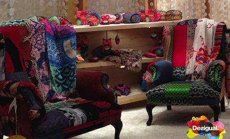 Llena de colores tu salón con el nuevo sofá Joya de Desigual