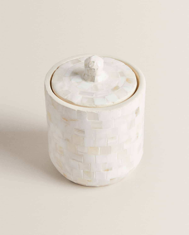 Bote de resina recubierta con piezas de nácar de 9.5 x 12.5 x 9.5 cm