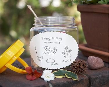 Recogiendo tesoros en la naturaleza con niños
