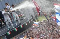 Lewis Hamilton aprovecha el regalo de Nico Rosberg para hacerse con el Gran Premio de Italia
