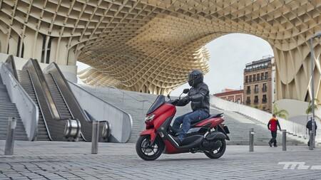 Probamos el Yamaha NMAX 125: un scooter urbano para el carnet de coche que ahora arranca sin llave pero mantiene un precio ajustado