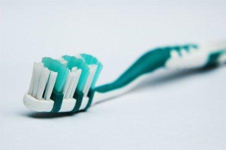 Apretar mucho al cepillarnos los dientes puede pasarnos factura