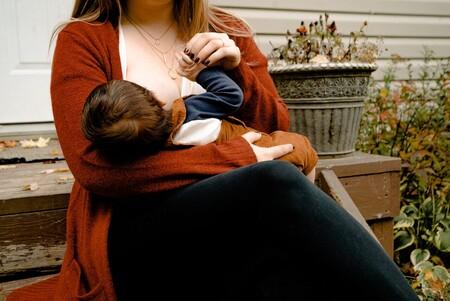 Una madre fue abofeteada por amamantar en público a su bebé de seis meses
