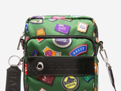 Nueva York en los setentas y los niños exploradores inspiran los bolsos de invierno de BALLY