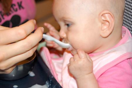 Adelantar la alimentación complementaria para que los bebés engorden más es un error