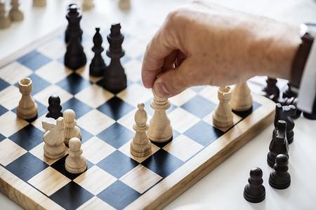 En el proceso de toma de decisiones, cómo evitar el sesgo de confirmación
