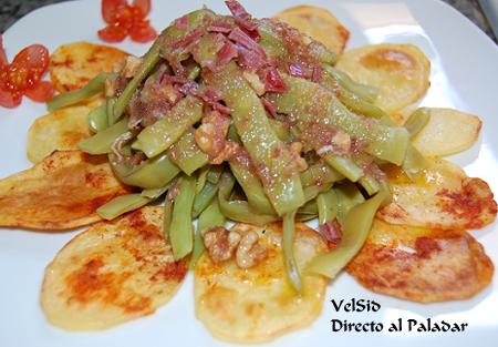 Judías verdes con aceite de jamón y nueces y patatas chips caseras