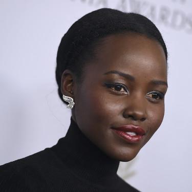 Lupita Nyong'o vuelve a enamorarnos y es que su falda de color blanco es una de las más bonitas que hemos visto últimamente