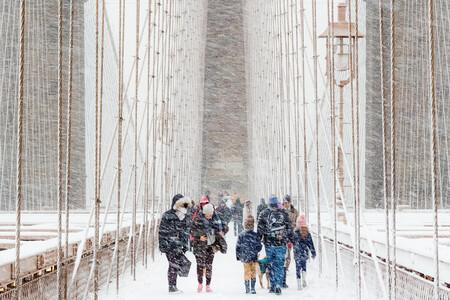 Una espectacular tormenta de nieve en el puente de Brooklyn ganadora del concurso Weather Photographer of the Year 2020