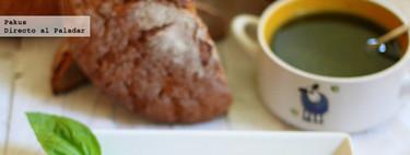Tostas de pan de centeno con pesto y lascas de jamón. Receta