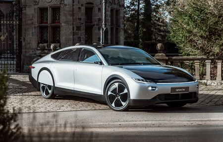 Nuevo récord de autonomía en un coche eléctrico: recorre 710 km sin parar y en nueve horas