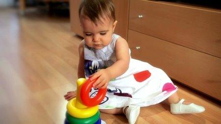 El bebé explorador y sus inquietas manos