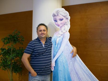 Curro Rueda (CTO de Genera Games) con Elsa de Arendelle, personaje protagonista de Frozen de Disney