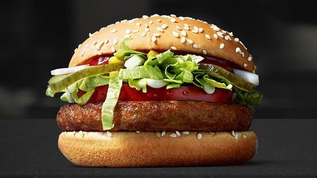 La hamburguesa vegana de McDonald's ha sido un éxito y se incluirá en la carta permanentemente