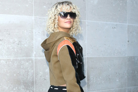 Cut-outs, la permanente y un body de cuerpo entero lleno de aberturas: así es el look más extravagante de Rita Ora
