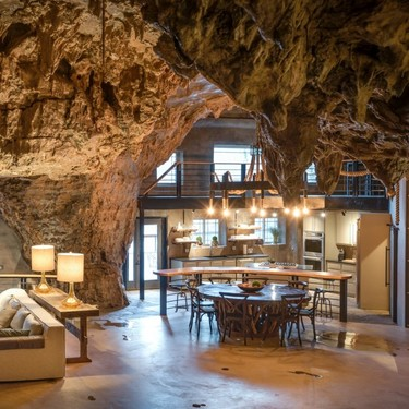 El alojamiento de nuestros sueños es esta cueva excavada en la montaña, con una cascada en su interior y todo el lujo imaginable
